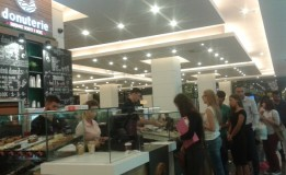 FOTO Isterie la Donuterie – coada la gogoşi rezistă şi la Iulius Mall